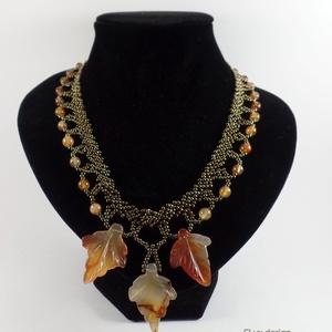 Borostyán nyakék, Ékszer, Nyaklánc, Gyöngyfűzés, Egyedi darab. A nyaklánc alapját sötét irizáló antik bronz színű cseh üveggyöngyökből készítettem. ..., Meska