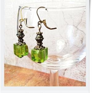 Bronzba foglalt, napsütötte zöld rövid füli, Ékszer, Fülbevaló, Ékszerkészítés, Vintage stílusú, szolidan elegáns kis fülbevaló, zöld üvegkocka gyöngyből, antik bronz szerelékkekk..., Meska