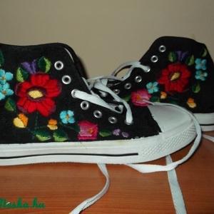 hímzett cipő , Táska, Divat & Szépség, Cipő, papucs, Hímzés, kalocsai hímzésű tornacpő új kért méretben elkészitem, Meska