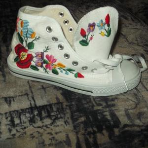kézzel himzett cipő, Táska, Divat & Szépség, Cipő, papucs, Hímzés, kézzel himzett kalocsai tornacipő kért méretben elkészitem ár cipót tartalmazza, Meska