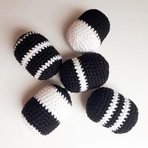 Marokcsörgő - fekete-fehér, Baba-mama-gyerek, Játék, Baba-mama kellék, Baba játék, Horgolás, Fekete-fehér horgolt kontrasztos marokcsörgő babáknak. 5 cm magas és 3,5 cm átmérőjű.  ------------..., Meska