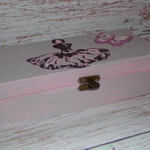 Balerinás doboz ékszerdoboz, Lakberendezés, Otthon & lakás, Tárolóeszköz, Doboz, Decoupage, transzfer és szalvétatechnika, Festett tárgyak, Dekor Soft Paint festékkel festett, koptatott dobozka, melyre balerina mintát festettem.\nKívül-belül..., Meska