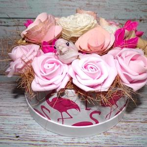 Flamingós rózsaszín rózsabox, habrózsa dekoráció, pink, Otthon & lakás, Lakberendezés, Asztaldísz, Virágkötés, Mindenmás, 16 cm átmérőjű, 7 cm magas flamingó mintás doboz lett díszítve rózsaszín habrózsákkal és egyéb kiegé..., Meska
