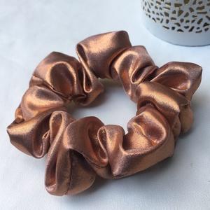 Rosegold normál méretű szatén hajgumi, újrahasznosított, Ruha & Divat, Hajdísz & Hajcsat, Hajgumi, Újrahasznosított alapanyagból készült termékek, Varrás, Újrahasznosított, fényes rosegold anyagból készült normál méretű hajgumi., Meska
