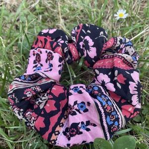Virágmintás patchwork scrunchie, újrahasznosított , Ruha & Divat, Hajdísz & Hajcsat, Hajgumi, Újrahasznosított alapanyagból készült termékek, Patchwork, foltvarrás, Újrahasznosított anyagból készült nagy méretű patchwork hajgumi, Meska