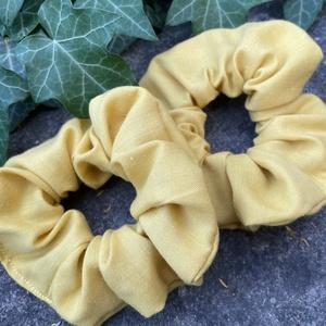 Sárga scrunchie, újrahasznosított, Ruha & Divat, Hajdísz & Hajcsat, Hajgumi, Varrás, Újrahasznosított alapanyagból készült termékek, Újrahasznosított anyagból készült nagy méretű hajgumi, Meska