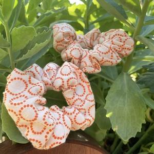Narancssárga mintás scrunchie, újrahasznosított, Ruha & Divat, Hajdísz & Hajcsat, Hajgumi, Újrahasznosított alapanyagból készült termékek, Varrás, Újrahasznosított anyagból készült normál méretű narancssárga mintás hajgumi, Meska
