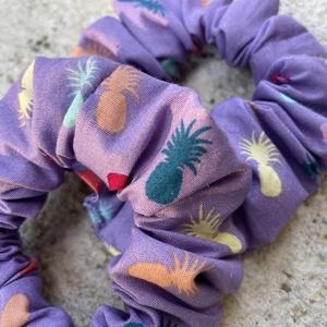 Lila scrunchie színes ananászokkal, újrahasznosított, Ruha & Divat, Hajdísz & Hajcsat, Hajgumi, Varrás, Újrahasznosított alapanyagból készült termékek, Újrahasznosított anyagból készült színes ananászos normál méretű hajgumi, Meska