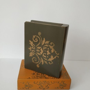 Titkok őre- könyv formájú doboz(sötét olajzöld), Otthon & Lakás, Dekoráció, Díszdoboz, Festett tárgyak, Famegmunkálás, Puzzle doboz rejtekhellyel, féltve őrzött kincseknek.\nKönyv formájú, festett fa doboz. Matt lakkal k..., Meska