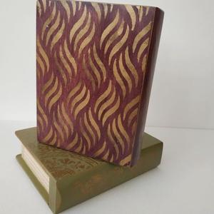 Titkok őre- könyv formájú doboz(lila), Otthon & Lakás, Dekoráció, Díszdoboz, Festett tárgyak, Famegmunkálás, Puzzle doboz rejtekhellyel, féltve őrzött kincseknek.\nKönyv formájú, festett fa doboz. Matt lakkal k..., Meska