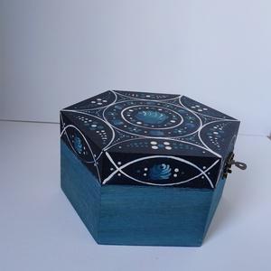 Ékszertartó doboz, Ékszer, Ékszertartó, Ékszerdoboz, Famegmunkálás, Festett tárgyak, Kézzel festett ékszertartó doboz.\nSötétkék alapon fehér és világoskék mintával készült hatszögletű d..., Meska
