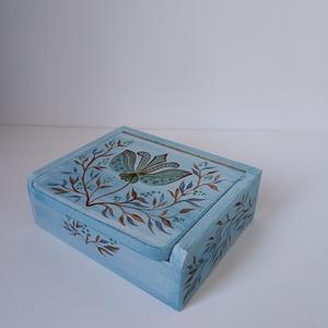 Ékszertartó doboz (tükrös), Ékszer, Ékszertartó, Ékszerdoboz, Festett tárgyak, Famegmunkálás, Kézzel festett ékszertartó doboz.\nVilágoskék alapon egyedi mintával készült tükrös dekoratív doboz m..., Meska