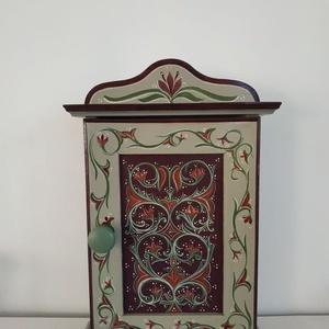 Kulcstartó szekrény- kézzel festett- Szentsimon, Otthon & Lakás, Bútor, Kulcstartó szekrény, Festett tárgyak, Famegmunkálás, Kézzel festett kulcsos szekrény, Szentsimon templomkazettáinak mintáit alapul véve.\n\n8 db kulcs fér ..., Meska
