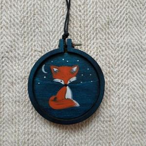 Éjjeli róka (barátság) nyaklánc, Ékszer, Nyaklánc, Festett tárgyak, Kézzel festett fa korong alakú nyaklánc . Kicsi hímzőkeretre festettem. Indigókék (éjkék) alapra fes..., Meska