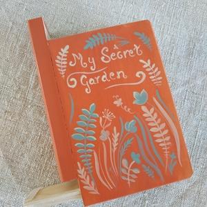 Titkok őre- könyv formájú doboz- Tavasz, Otthon & Lakás, Dekoráció, Díszdoboz, Festett tárgyak, Famegmunkálás, Puzzle doboz rejtekhellyel, féltve őrzött kincseknek.\nKönyv formájú, festett fa doboz. Matt lakkal k..., Meska