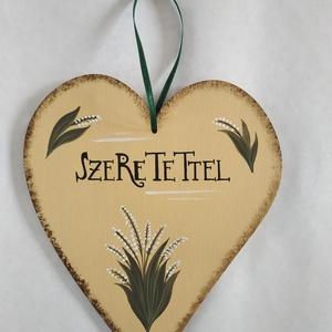 """Szeretettel szív tábla - gyöngyvirágos, Otthon & Lakás, Dekoráció, Falra akasztható dekor, Festett tárgyak, Kézzel festett fa szív gyöngyvirággal, \""""Szeretettel\"""" felirattal.\nMérete: 20 x 16.5 cm, Meska"""