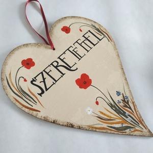 """Szeretettel szív tábla, Otthon & Lakás, Dekoráció, Falra akasztható dekor, Festett tárgyak, Kézzel festett fa szív mezei virágokkal, \""""Szeretettel\"""" felirattal.\nMérete: 20 x 16.5 cm, Meska"""