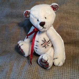 Beartold, Maci, Plüssállat & Játékfigura, Játék & Gyerek, Baba-és bábkészítés, Varrás, Beartold egy apró, foltozott mackóság. Egyediségét csillogó hatású, rövid szálú szőrméje adja.\nHagyo..., Meska