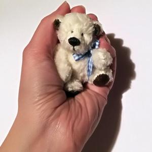 Pöttömke - fehér, Maci, Plüssállat & Játékfigura, Játék & Gyerek, Baba-és bábkészítés, Varrás, Pöttömke egy picinyke medveség, aki szívesen megbújik táskában, megmosolyogtat a munkahelyeden az ír..., Meska