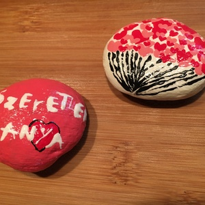 Kézzel festett kövek, kavicsok, Otthon & lakás, Dekoráció, Dísz, Lakberendezés, Asztaldísz, Festett tárgyak, Az ár 2db-ra vonatkozik.\n\nSaját készítésű, kézzel festett mindkét darab.\n\nA kövek tisztítás után, el..., Meska