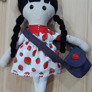 Textil baba, Játékbaba, Rongybaba, Epres ruhás kézműves baba, Játék & Gyerek, Baba & babaház, Öltöztethető baba, Baba-és bábkészítés, Varrás, Enani Baba (45-48cm)\nA baba testét 100%  pamut vászonból, a ruháját designer  pamutvászonból varrtam..., Meska