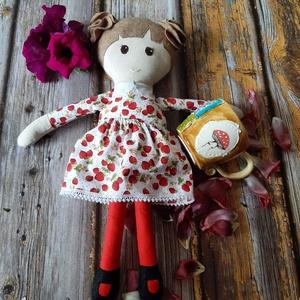Textil baba, Játékbaba, Rongybaba, Eperke ruhás kézműves baba, Játék & Gyerek, Baba & babaház, Öltöztethető baba, Baba-és bábkészítés, Varrás, Enani Baba (45-48cm)\nA baba testét 100%  pamut vászonból, a ruháját pamutvászonból varrtam, puha pol..., Meska