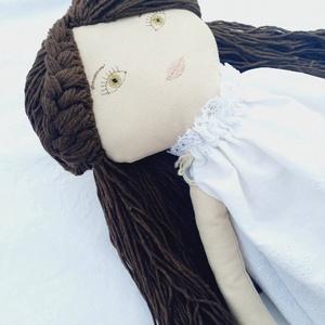 Textil baba, Játékbaba, Rongybaba, Fésülhető hajú baba, Játék & Gyerek, Baba & babaház, Öltöztethető baba, Baba-és bábkészítés, Varrás, Enani Baba (45-48cm)Táskával\nA baba testét  lenvászonból, a ruháját hímzett vászonból készítettem. P..., Meska