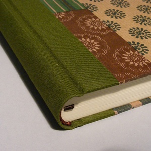 Napló, emlékkönyv, jegyzetelő üres lapokkal. Kemény borító, patchwork mintás papír, zöld vászon gerinc - Meska.hu