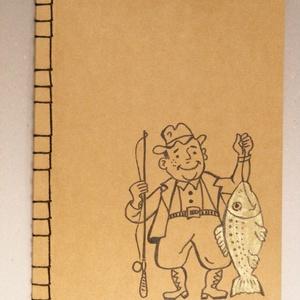 Füzet horgászoknak. Kézzel rajzolt és fűzött füzet, horgásznapló, fogási napló. Horgász aranyhallal (enciboltja) - Meska.hu