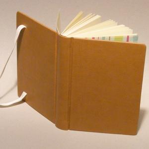 Napló, jegyzetfüzet, barna notesz kézzel fűzött sima lapokkal, gumival. Középbarna műbőr borító, kockás előzékpap, Jegyzetfüzet & Napló, Papír írószer, Otthon & Lakás, Könyvkötés, Papírművészet, Kézzel fűzött napló, jegyzetfüzet, barna notesz sima lapokkal, gumival. Középbarna műbőr borító, koc..., Meska