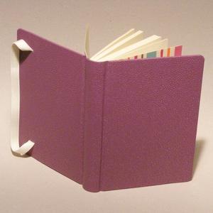 Kézzel fűzött napló, jegyzetfüzet, lila notesz sima lapokkal, gumival. Lila műbőr borító, élénk színű csíkos előzékpapír - Meska.hu