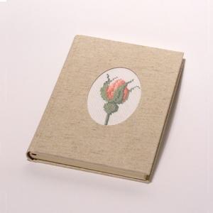 Emlékkönyv, kézzel fűzött üres könyv vászon borítóval, keresztszemes rózsabimbó, Naptár, képeslap, album, Otthon & lakás, Jegyzetfüzet, napló, Dekoráció, Hímzés, Könyvkötés, Emlékkönyv vászon borítóval, keresztszemes hímzéssel. Titkos, személyes naplónak, jegyzetelőnek is h..., Meska