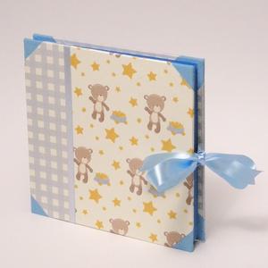 Fotóalbum babáknak, babaalbum, kisfiú album macikkal, papír és vászon borító, szalaggal, Otthon & Lakás, Papír írószer, Album & Fotóalbum, Könyvkötés, Papírművészet, Macis fotóalbum babáknak, babaalbum, kisfiú album. Ajándék kisfiú születésére vagy születésnapjára.\n..., Meska