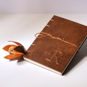 Kopt fűzésű könyv A5 méretben. Barna antikolt műbőr borító, domborított betű vagy monogram, többféle belső választható, Otthon & Lakás, Papír írószer, Jegyzetfüzet & Napló, Kopt fűzésű, A/5 méretű könyv. Barna antikolt műbőr borítóval, egyedi domborítással (monogrammal, ma..., Meska