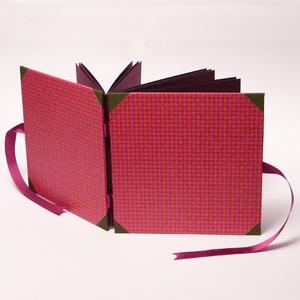 Kockás fotóalbum, scrapbook album, pink, bordó, keki színes borítóval, szaténszalag megkötővel , Album & Fotóalbum, Papír írószer, Otthon & Lakás, Könyvkötés, Papírművészet, Kockás fotóalbum, négyzet alakú album színes kockás papír borítóval, vászon sarkokkal és megkötővel...., Meska