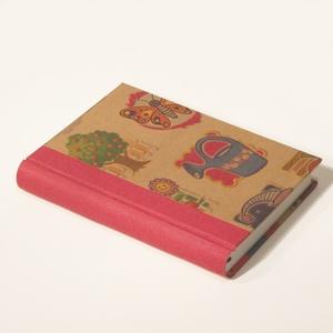 Napló, emlékkönyv, jegyzetelő üres lapokkal. Kemény borító, gyerekes motívumokkal, piros vászon gerinc, Naptár, képeslap, album, Otthon & lakás, Gyerek & játék, Jegyzetfüzet, napló, Könyvkötés, Papírművészet, Kézzel fűzött napló, jegyzetelő, emlékkönyv gyerekeknek, üres lapokkal.\n\nA kemény könyvborító színes..., Meska
