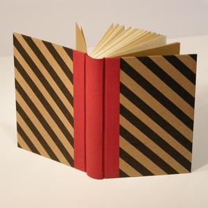 Napló, emlékkönyv, jegyzetelő üres lapokkal. Kemény borító, fekete diagonál csíkos, piros vászon gerinc, Naptár, képeslap, album, Otthon & lakás, Jegyzetfüzet, napló, Férfiaknak, Naptár, jegyzet, tok, Könyvkötés, Papírművészet, Kézzel fűzött napló, jegyzetelő, emlékkönyv üres lapokkal.\n\nA kemény könyvborító fekete diagonál csí..., Meska