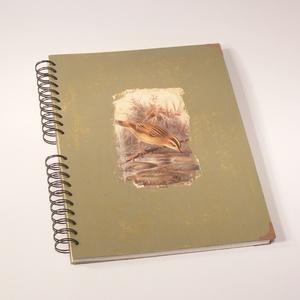 Madaras A4 spirálfüzet koptatott festésű borítóval, spirálozott jegyzetfüzet, Jegyzetfüzet & Napló, Papír írószer, Otthon & Lakás, Könyvkötés, Papírművészet, Madaras A4 spirálfüzet koptatott festésű borítóval.\n\nA borító kemény karton, barna-barnászöld, kopta..., Meska