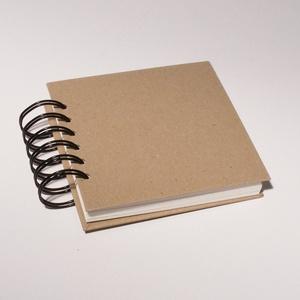 Négyzetes, kicsi, kemény borítós, díszíthető fotóalbum. Spirálozott, natúr csomagolópapír borítás, Naptár, képeslap, album, Otthon & lakás, Jegyzetfüzet, napló, Könyvkötés, Négyzetes, kicsi, kemény borítós, díszíthető fotóalbum, scrapbook album.\nNatúr csomagolópapír borítá..., Meska