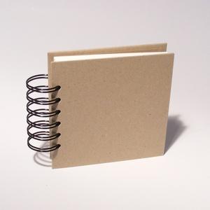 Négyzetes, kicsi, kemény borítós, díszíthető fotóalbum. Spirálozott, natúr csomagolópapír borítás - Meska.hu