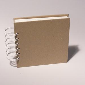 Négyzetes, kicsi, kemény borítós, díszíthető fotóalbum, minialbum, scrapbook. Spirálozott, natúr csomagolópapír borítás, Papír írószer, Otthon & Lakás, Album & Fotóalbum, Könyvkötés, Négyzetes, kicsi, kemény borítós, díszíthető fotóalbum, minialbum,  scrapbook.\nNatúr csomagolópapír ..., Meska