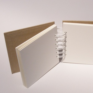 Négyzetes, kicsi, kemény borítós, díszíthető fotóalbum, minialbum, scrapbook. Spirálozott, natúr csomagolópapír borítás - Meska.hu