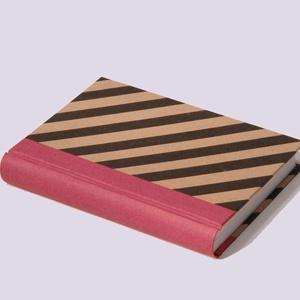 Napló, emlékkönyv, jegyzetelő üres lapokkal. Kemény borító, fekete diagonál csíkos, piros vászon gerinc - Meska.hu