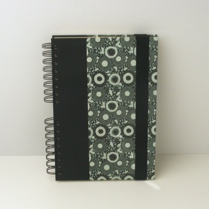 Elegáns, fekete és zöld spirálfüzet kemény borítóval, spirálozott jegyzetfüzet fekete gumival, férfiaknak - otthon & lakás - papír írószer - jegyzetfüzet & napló - Meska.hu