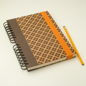Spirálfüzet barna kárókockás kemény borítóval, spirálozott jegyzetfüzet narancssárga gumival, természetes színekben, Jegyzetfüzet & Napló, Papír írószer, Otthon & Lakás, Könyvkötés, Papírművészet, Spirálfüzet kemény borítóval, spirálozott jegyzetfüzet, notesz narancssárga gumival, természetes, ős..., Meska
