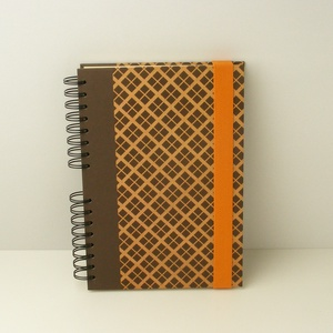 Spirálfüzet barna kárókockás kemény borítóval, spirálozott jegyzetfüzet narancssárga gumival, természetes színekben - otthon & lakás - papír írószer - jegyzetfüzet & napló - Meska.hu
