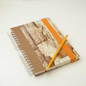 Spirálfüzet korhadt fát utánzó kemény borítóval, spirálozott, gumis jegyzetfüzet, notesz famintával, narancssárga gumis - Meska.hu