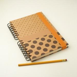 Pöttyös spirálfüzet natúrbarna, kemény borítóval, spirálozott jegyzetfüzet narancssárga gumival, természetes színekben, Jegyzetfüzet & Napló, Papír írószer, Otthon & Lakás, Könyvkötés, Papírművészet, Pöttyös spirálfüzet natúrbarna, kemény borítóval, spirálozott jegyzetfüzet, notesz narancssárga gumi..., Meska