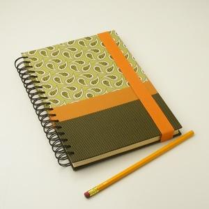 Kasmír mintás (paisley) és pöttyös spirálfüzet kemény borítóval, zöld, narancs spirálozott notesz narancssárga gumival, Otthon & lakás, Naptár, képeslap, album, Jegyzetfüzet, napló, Férfiaknak, Naptár, jegyzet, tok, Könyvkötés, Papírművészet, Kasmír mintás (paisley) és pöttyös spirálfüzet kemény borítóval, zöld és narancs spirálozott notesz ..., Meska