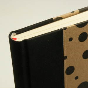 Pöttyös A5 napló, emlékkönyv, jegyzetelő üres lapokkal. Kemény borító, pöttyös papír, fekete vászon gerinc és sarkok - Meska.hu